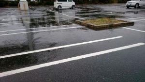 雨が降る駐車場