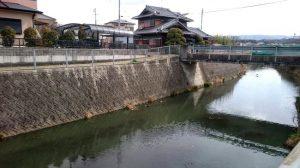 住宅街の川