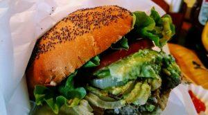 クア・アイナのアボカドハンバーガー
