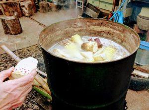タケノコをドラム缶で茹でる