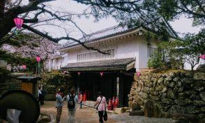 岸和田城の櫓門をくぐる