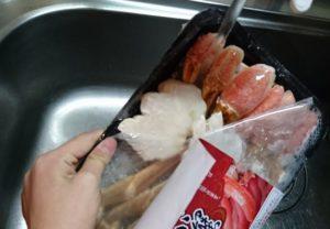 台所のシンクで蟹の流水解凍
